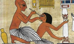 Un médico que realiza cirugía ocular. El Papiro Ebers discute técnicas médicas y remedios. Fuente: Articles sur l'Egypte et son historie