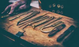 Instrumentos quirúrgicos de médicos antiguos. Crédito: Kai Beercrafter/ Adobe Stock