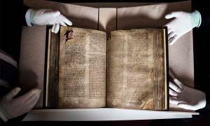 El libro de Lismore, un libro medieval excepcionalmente valioso, expuesto en el University College Cork, Irlanda.