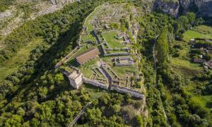 Vista aérea de las ruinas de la fortaleza medieval de Cherven cerca de Rousse, Bulgaria Fuente: Atanas/ Adobe Stock