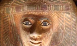 Detalle de uno de los sarcófagos decorados encontrados en el cementerio recientemente excavado en la meseta de Giza. Fuente: Ministerio de Antigüedades.