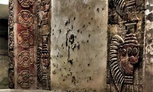 Los minerales en murales mesoamericanos nunca antes vistos de cinabrio y hematita encontrados en este mural de principios de Teotihuacan. Los rojos distintivos en el lado izquierdo de esta imagen son especialmente notables.
