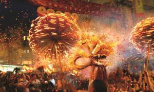 La danza del dragón de fuego Tai Hang se realiza en Hong Kong durante el Festival del Medio Otoño. Fuente: Junta de Turismo de Hong Kong.