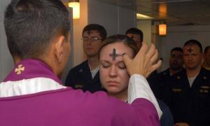 Los empleados de la Marina de los EE. UU. Reciben las cenizas sacramentales durante una celebración del Miércoles de Ceniza.