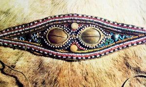 Mucho antes de la aparición de las gafas protectoras de hoy en día, los cazadores siberianos se vieron obligados a encontrar su propia solución a los rayos del sol los cuales eran deslumbrantes al reflejar en la nieve.