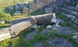 Columna de mármol destruida en la fuente monumental de la antigua ciudad de Apolonia, en Albania. Fuente: Himara