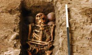 la tumba que sostiene uno de los esqueletos y las cuatro calaveras. (FAS Heritage / Fair Use) La cara reconstruida del miembro del clan que fue asesinado en el siglo XV.