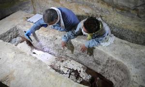 Arqueólogos examinan a una momia en el Taller de Momificación en Saqqara. Crédito: Ministerio de Turismo y Antigüedades.
