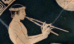 Juventud tocando los aulos, detalle de una escena de banquete. Tondo de una copa ática de figura roja, ca. 460 a. C. – 450 a. C. Fuente: dominio público