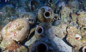 la carga de ánforas encontrada en el naufragio romano en Kefalonia. Fuente: Acuario Jónico