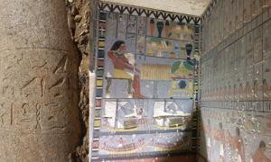 La inscripción en la columna enumera los títulos de la esposa de Djedkare, la reina Setibhor. (Hana Vymazalová) Derecha: paredes norte y este de la antecámara decorada de la tumba del noble egipcio antiguo.