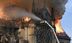 La catedral de Notre Dame en París en llamas.