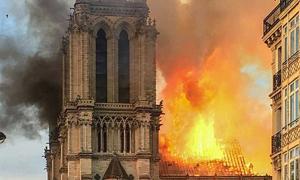 Fuego en el marco de la catedral de Notre Dame.