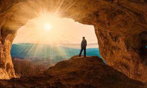 La entrada a la cueva que ilustra el refugio de rocas de Nsongezi está en Uganda