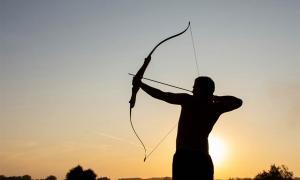Hombre usando arco y flecha. Crédito: Oksana Volina / Adobe Stock