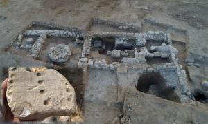 Excavación de la Autoridad de Antigüedades de Israel de la primera fábrica de jabón de Israel y la fábrica de jabón vegano más antigua del mundo. Recuadro; tablero de juego antiguo encontrado en el sitio de Rahat