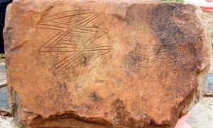 Un primer plano de las incisiones en la piedra de la bahía de Skaill encontrada recientemente junto a Skara Brae. (Sigurd Towrie / Instituto de Arqueología UHI)