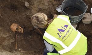 """dos entierros de barcos vikingos, incluidos sus """"habitantes"""" descubiertos en Suecia, junto con bienes graves. Fuente: Arkeologerna."""