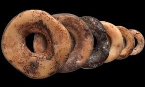 Las cuentas de cáscara de huevo de avestruz se han utilizado para consolidar las relaciones en África durante más de 30,000 años. Fuente: John Klausmeyer, Yuchao Zhao y Brian Stewart / Universidad de Michigan