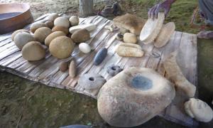 Algunos de los artefactos de Papua Nueva Guinea, incluidas herramientas de piedra y arte, que se desenterraron en el sitio de excavación de Waim. Fuente: UNSW / Ben Shaw