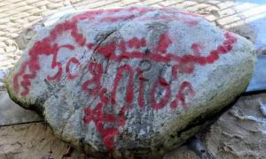 Plymouth Rock cubierto de grafitis. Fuente: WCVB Viewer