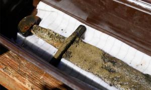 Espada medieval extraída del lago Lednica, Polonia