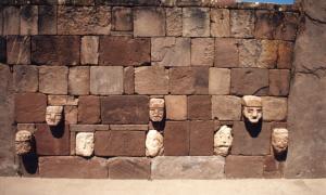 portada: Fotografía de algunas de las cabezas que decoran los muros internos del Templo Semisubterráneo de Tiahuanaco (Wikimedia Commons)