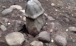 Monumento del pene de piedra, excavado en Rollsbo, cerca de Gotemburgo, en Suecia. Fuente: The Archaeologists / NHM.