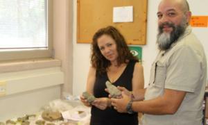 Dra. Iris Groman-Yaroslavsky, izquierda, con el profesor Reniel Rodríguez Ramos examinando algunas de las estatuillas puertorriqueñas en la Universidad de Haifa Fuente: Universidad de Haifa