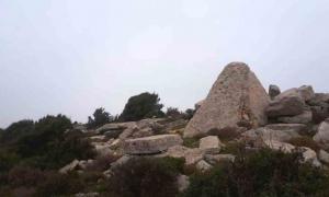 tumba de la pirámide megalítica en Akrum (distrito de Akkar), Líbano, fue construida con piedra caliza. Los expertos creen que las tumbas piramidales libanesas inspiraron las grandes pirámides de Egipto.