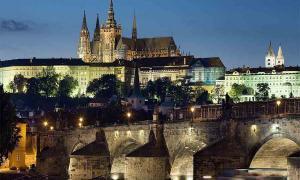 Vista nocturna del castillo y el Puente de Carlos, Praga, República Checa. Praga, con el tiempo, se convirtió en el centro definitivo del creciente Reino de Bohemia.