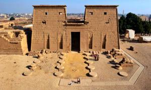 La entrada orientada al sur del Templo Khonsu, ubicado en el Complejo del Templo Karnak en la Ribera Oriental de Luxor. Fuente: ARCE / Uso justo.