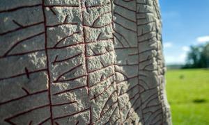 Escrita en piedra por los vikingos: la piedra rúnica Rok del siglo IX presenta la inscripción rúnica más larga conocida y se considera la primera pieza de literatura sueca. Crédito: rolf_52/ Adobe Stock