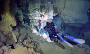Buzos que exploran las cuevas submarinas donde se encontraron las ánforas. (SONARES / Facebook)