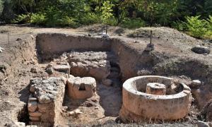 La prensa de aceite encontrada en los baños romanos de Rafina.