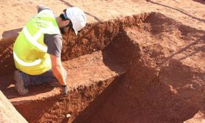 El descubrimiento de la primera zanja del fuerte romano. Fuente: Exeter City Council.