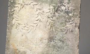Los expertos creen que la antigua losa romana data del siglo II d.C.