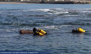 Arqueólogos marinos buceando en el sitio de la fortaleza marítima romana
