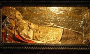 El cuerpo de San Alfonso María de Liguori, que la Iglesia Católica encontró incorrupto. Dominio Público.