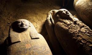 los arqueólogos egipcios han descubierto al menos trece ataúdes de entierro sellados de 2.500 años de antigüedad en la zona arqueológica de Saqqara.