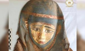 Máscara funeraria encontrada en el complejo funerario de Saqqara. Crédito: Ministerio de Turismo y Antigüedades