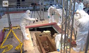Científicos que examinan el interior de un sarcófago de 1.000 años de edad en Mainz, Alemania, después de levantar la tapa. Fuente: Pantalla de impresión, CNN video.