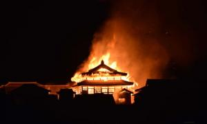 Castillo de Shuri, Okinawa, Japón envuelto por fuego. Fuente: Twitter