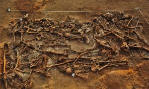 Representación de la fosa común de esqueletos descubiertos en Milton Keynes, Inglaterra. Fuente: antecessor / Adobe Stock.