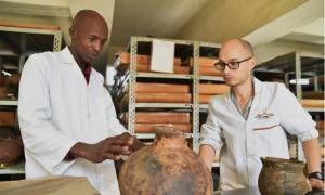 Steven Goldstein, coautor del artículo, analiza las tradiciones de alfarería asociadas con los primeros agricultores de Kenia con Christopher Kirwa de NMK Fuente: Jennifer Miller