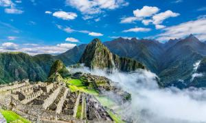 Descripción general de Machu Picchu, terrazas agrícolas y el pico Huayna Picchu en el fondo Fuente: davidionut/ Adobe stock