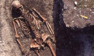 Un hombre de la Cultura Pitted Ware en el campo de la tumba de Ajvide en Gotland representa un entierro típico. Fuente: Åsa Malmberg, (Universidad de Uppsala)