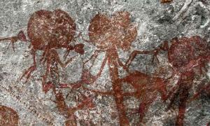 Un trío de figuras antropomórficas del arte rupestre de Tanzania en el sitio Amak'hee 4