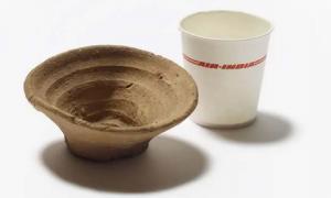 La taza minoica, que se muestra aquí junto a un contenedor moderno desechable que apareció en el Pacífico. Fuente: Fideicomisarios del Museo Británico.