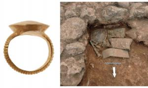 """Un anillo de oro es uno de los llamados """"tesoros atlantes"""" que se encuentran en el sitio de excavación. Fuente: Ministerio de Cultura griego."""